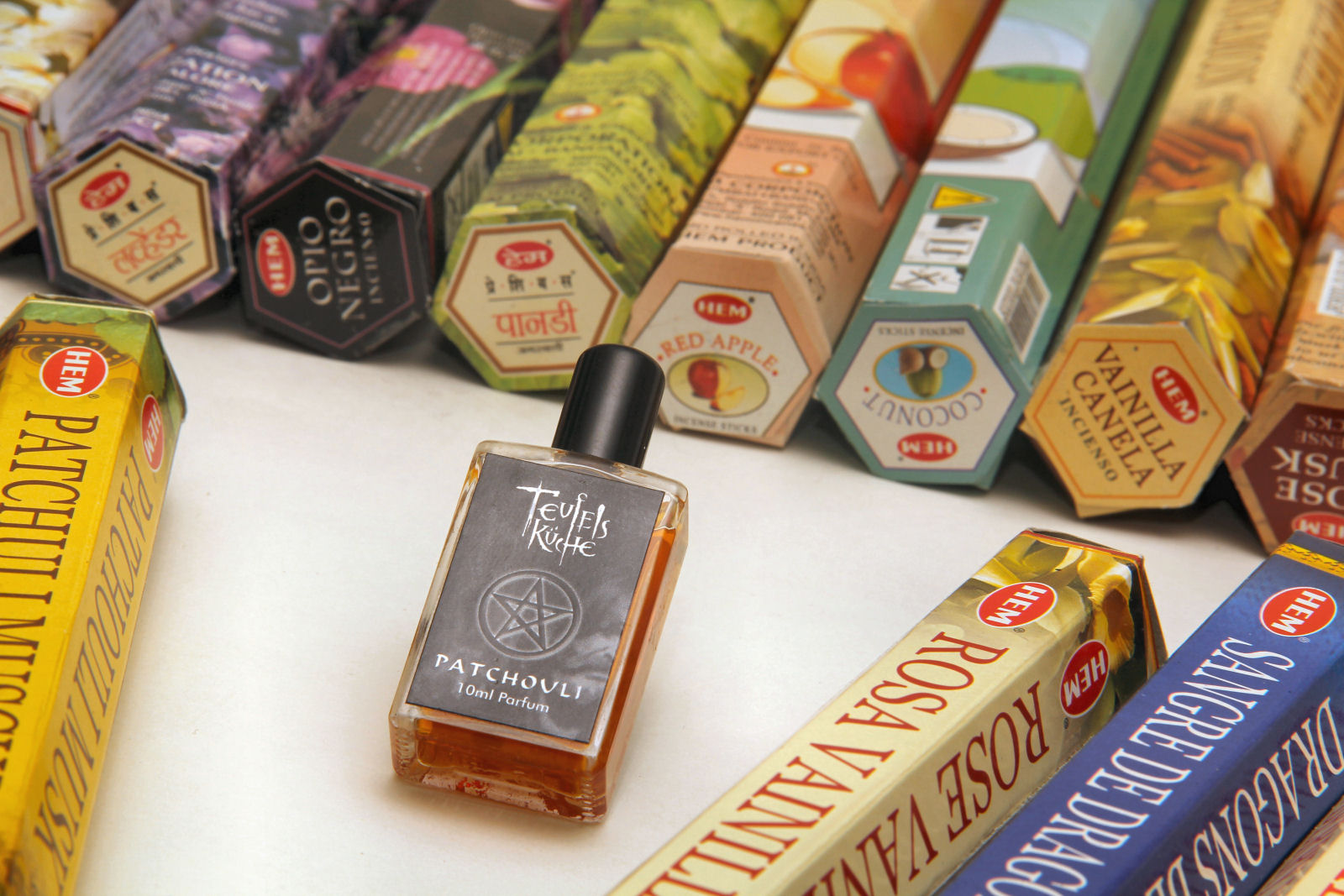 Mega Angebot: Riesenpaket Räucherstäbchen von HEM 30 Packungen und ein Patchouli Parfum